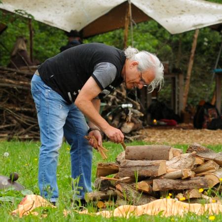 Foto: Dees bij de houtstapel voor een vuurloop