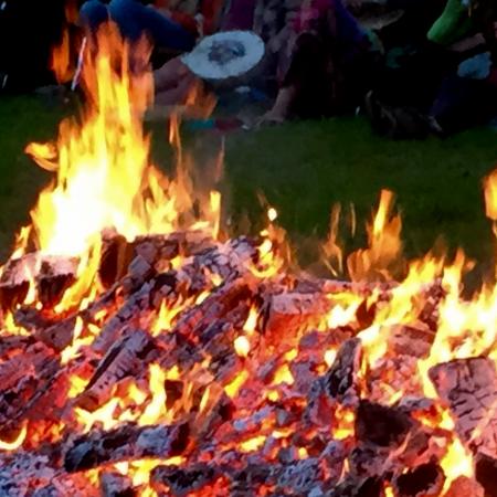 Foto: een brandend houtvuur als begeleider op je levensreis.