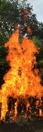 Foto: voor een van de vuurlopen brandt een flinke houtstapel.