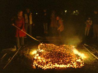 Foto: adem en vuur; vuurlopen in Hilversum met Ursula Aerts.